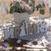 Centro Tavola MR & MRS in Legno Naturale con Dettagli Bianchi Scritta in Legno Mrs e Mrs Sposi Matrimonio Wedding Day Anniversario Centrotavola Ristorante Location Allestimento 6409 - Kadosa